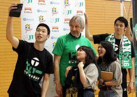 ファンと一緒に記念撮影に応じるブコビッチ監督(左から2人目)