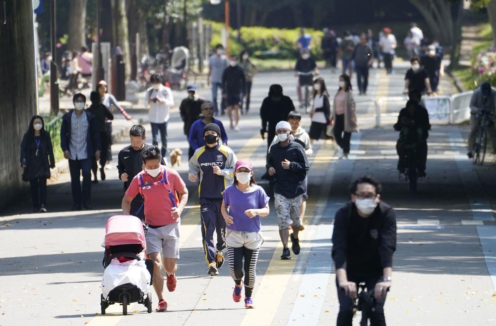 東京・駒沢公園でジョギングするランナーら=4月26日