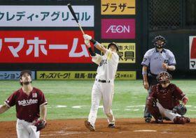 10回ソフトバンク無死、柳田が左中間にサヨナラ本塁打を放つ。投手シャギワ、捕手足立=ペイペイドーム