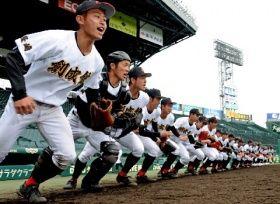 甲子園練習で元気よくグラウンドに駆けだす創成館の選手たち