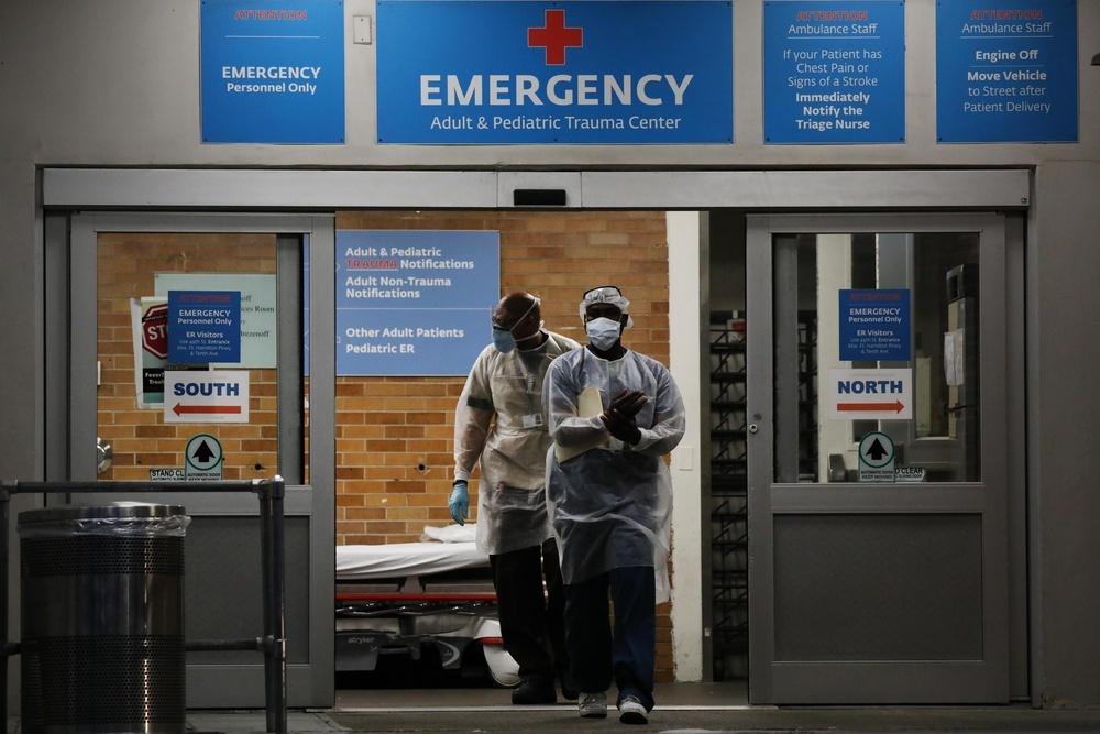 米ニューヨークの病院から出る医療従事者(ゲッティ=共同)