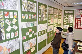 手作りの温かみあふれる年賀状を展示している会場