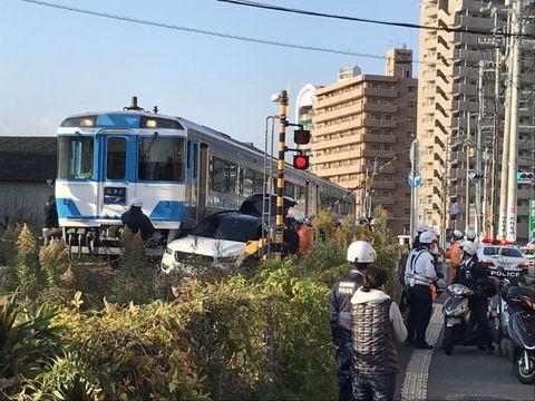 衝突した列車と乗用車=27日午前8時26分、徳島市富田橋6
