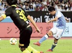 磐田―浦和 後半24分、磐田・上原がミドルシュートを決める=エコパスタジアム