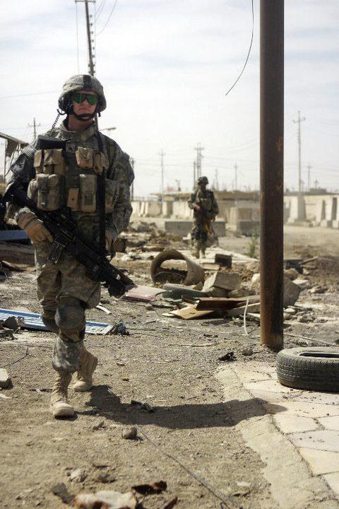 イラクで任務に就くライアン・カーラー=撮影年月日不明(本人提供・共同)(敬称略)