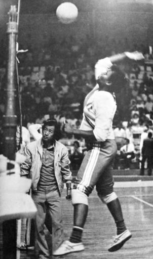ルイサ・フェンテス(右)を指導する加藤明=1968年(ペルー・バレーボール連盟提供・共同)