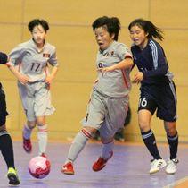 【準決勝・大分県選抜ー日本女子選抜】ボールを奪って攻め上がる大分の加藤(中央)=別府市のビーコンプラザ
