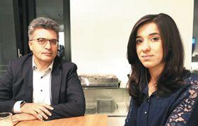 ドイツ北部ハンブルクで2017年11月、テレビ局の取材を受けたナディア・ムラドさん(右)とジャン・キジルハン教授=同教授提供