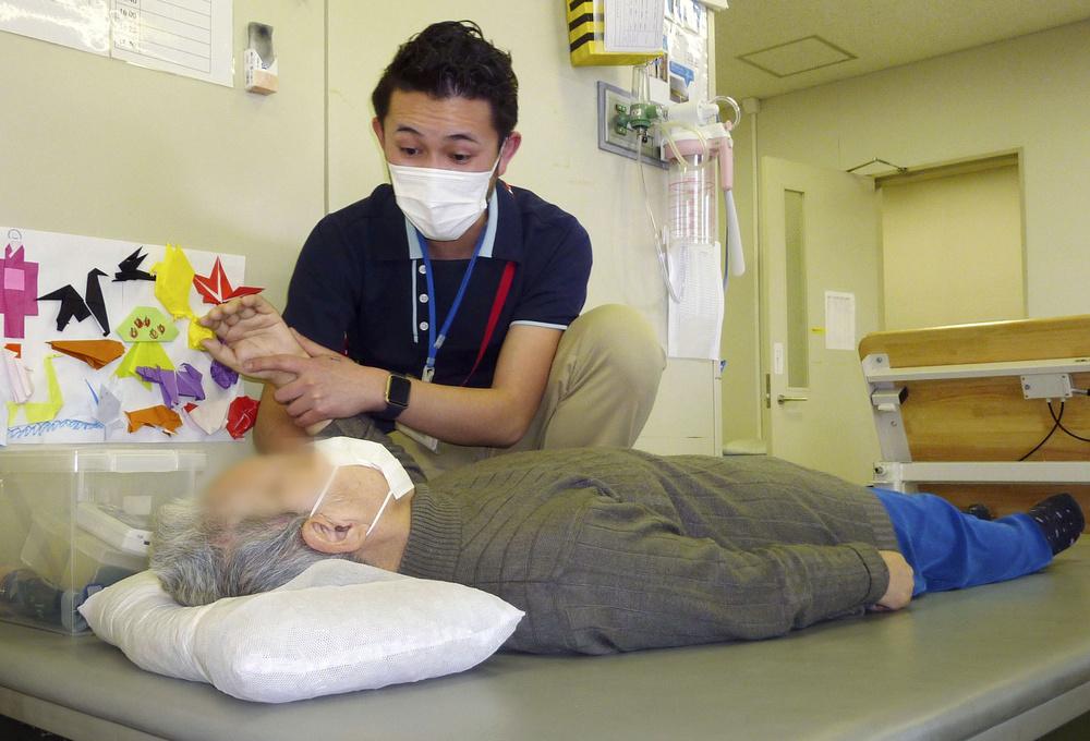 平成横浜病院で機能回復のためリハビリを受ける堀田美代子(仮名)