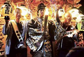安倍晴明に扮して屋台に乗る平野さん(中央)=磐田市城之崎