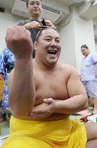 勝ち越しを決め、支度部屋で満面の笑みを浮かべる旭大星関(中川明紀撮影)