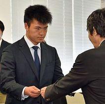 松浪理事長(右)から奨学金の証書を受け取る吉田選手