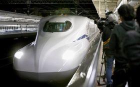 東海道新幹線の新型「N700S」=23日未明、JR静岡駅