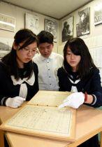 芙美子の書簡の展示について話す神原さん(左)と森さん(右)たち