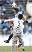 横浜FC―岐阜 前半、ヘディングで競り合う横浜FC・三浦(奥)=ニッパツ球技場