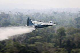 24日、ブラジル北部アマゾン地域の火災で消火活動に当たるC130輸送機(ブラジル国防省提供、AP=共同)
