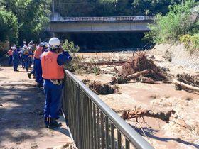 2人が心肺停止で発見された串川で、さらに捜索活動に当たる相模原市消防団ら=13日午前10時20分ごろ、相模原市緑区