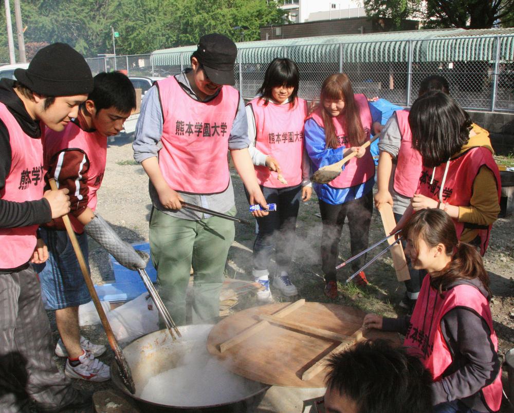 炊き出しの準備をする学生ボランティアたち=熊本学園大提供