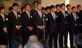 シーズン報告会であいさつする細越社長(左から4人目)=9日、八戸市の八戸パークホテル