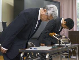 記者会見で謝罪する延岡学園高の佐藤則夫校長(左)ら=23日午後、宮崎県延岡市