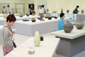 中国地方の作家たちが手掛けた優品を楽しむ工芸ファンら