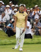 日本女子プロ選手権の第2ラウンド、オーバーパーでホールアウトし肩を落とす渋野日向子=13日、兵庫県チェリーヒルズGC