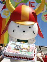 誕生日を祝うセレモニーでケーキを手にする「ひこにゃん」=13日、滋賀県彦根市