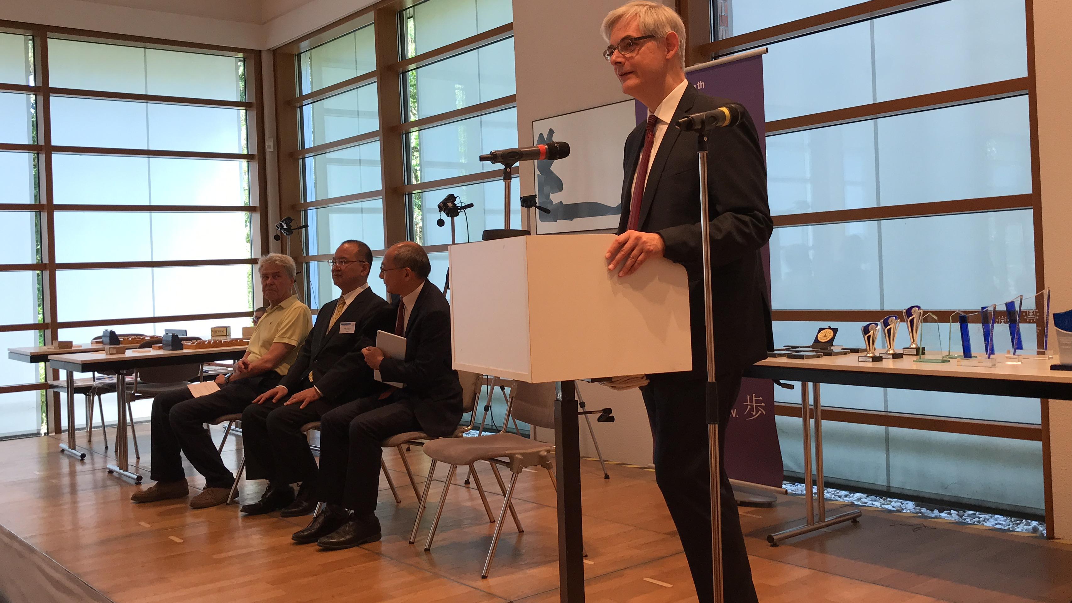 開会式であいさつするフランク・レーヴェカンプ会長
