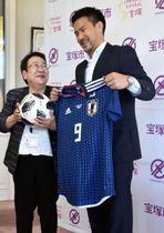 出身である宝塚市役所を表敬訪問し、中川智子市長と記念撮影するサッカーのワールドカップロシア大会に出場した岡崎慎司選手=宝塚市東洋町