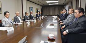 横綱審議委員会の会合に臨む北村正任委員長(左から2人目)、日本相撲協会の八角理事長(右から2人目)ら=23日午後、東京・両国国技館