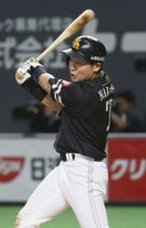 8回ソフトバンク2死満塁、中村晃が左前に勝ち越し打を放つ=札幌ドーム