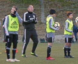 サッカー女子日本代表の特別コーチを務めた秋田豊氏(左から2人目)=福島県内
