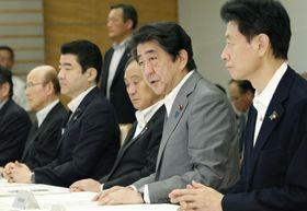 西日本豪雨の非常災害対策本部会合で発言する安倍首相(右から2人目)=22日午前、首相官邸