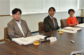東奥日報紙の知事選・参院選をめぐる報道などについて意見を述べる(左から)香取、森、平間の各委員