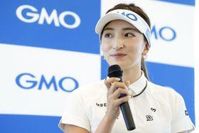 GMOインターネットと所属契約を結び、抱負を語った女子ゴルフの脇元華=7日、東京都内(同社提供)