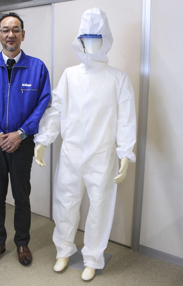 原発の廃炉作業を想定し開発された通気性が高い防護服
