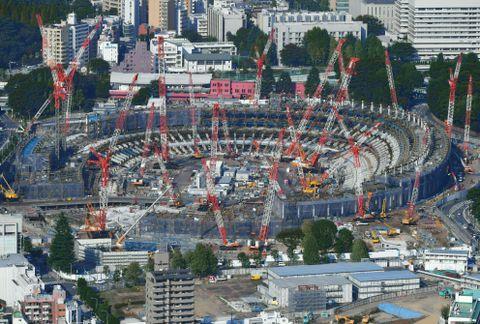 建設が進められる新国立競技場=10月、東京都新宿区