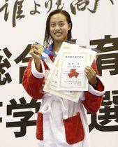 女子200メートル個人メドレーで優勝し、笑顔を見せる豊川・今井月=名古屋市ガイシプラザ