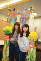最優秀賞に選ばれた作品を掲げる貝塚彩乃さん(右)と千葉一穂さん