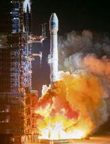 19日、四川省西昌衛星発射センターで、測位衛星2基を搭載し打ち上げられる中国のロケット(共同)