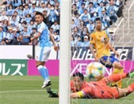 磐田―仙台 前半34分、ゴールを決める磐田・中山(左)=ヤマハスタジアム
