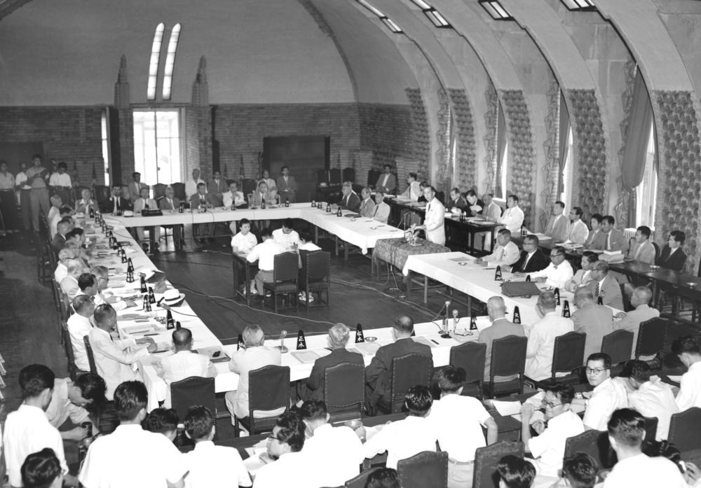 首相官邸で開かれた憲法調査会の会合。立っているのは岸信介首相=1957年8月14日