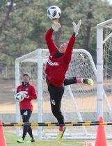 セービングの練習をするGKシュミット(右)。奥はGK関=13日、宮崎市のKIRISHIMAハイビスカス陸上競技場