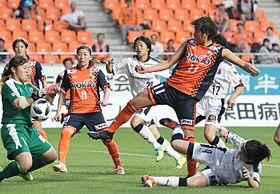 AC長野―C大阪堺 後半ロスタイム、AC長野・斉藤(11)がゴールを狙うもGKに阻まれる