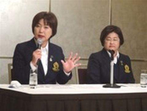 2018年度のツアー日程について発表する日本女子プロゴルフ協会の小林浩美会長(左)=12日午後、都内