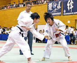 女子48キロ級決勝で激しく組み手を争う熊本西・白石(右)