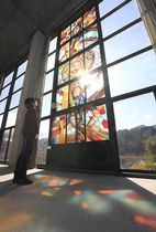 信州新町美術館に展示されるナカムラマサ首さんのステンドグラス作品
