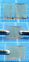 東京大のチームが開発したガラス素材。(上から下に)割れた破片を両側から押しつけると、断面が自然にくっついて修復する(相田卓三教授提供)
