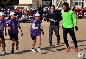 渡選手(右端)たちとミニゲームを楽しむ児童
