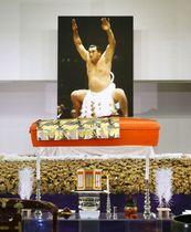 元横綱輪島の輪島大士さんの祭壇=14日午後、東京都港区の青山葬儀所